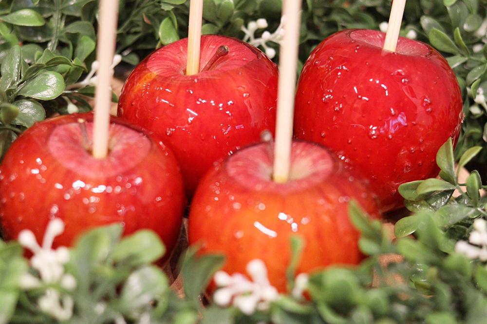 """ポコポコとクレーターのようになっている飴の方が""""中身にたくさんの果汁を秘めている""""Candy appleのりんご飴"""