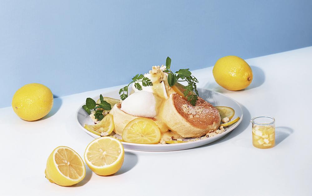 「FLIPPER'S」の注目の新作「奇跡のパンケーキ レモンとクリームチーズ」は、爽やかなレモンチーズタルトをイメージした一皿。
