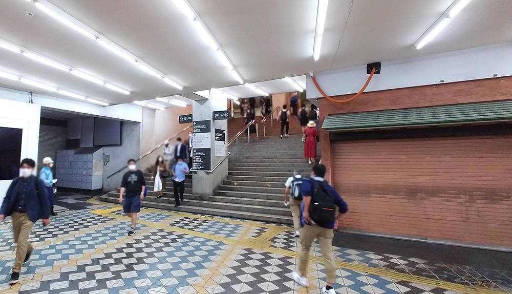 井の頭線・渋谷駅の乗換ルートの東急東横店内通路