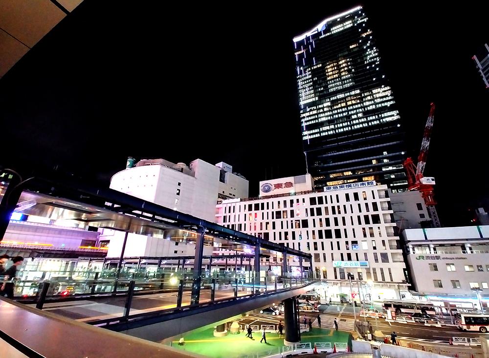 渋谷フクラス側から見た「渋谷フクラス接続デッキ」全体