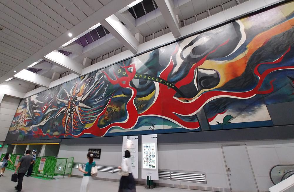 巨大壁画「明日への神話」の左下が西口仮設通路への接続部となります。