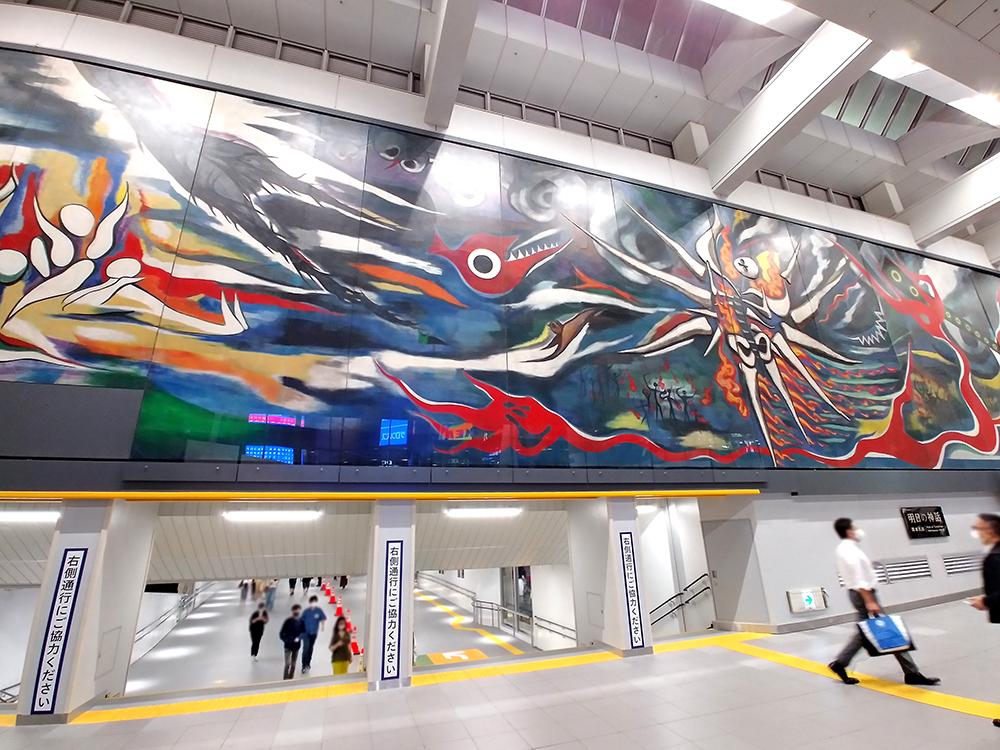 井の頭線・渋谷駅の乗換ルート「しぶにしデッキ」と大壁画「明日の神話」