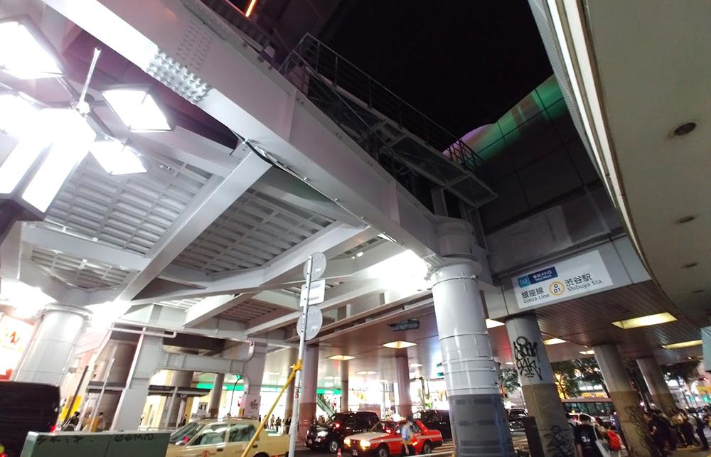 下から見た西口仮設通路と井の頭線中央口通路との接続部。接続部から右側は閉鎖となります。
