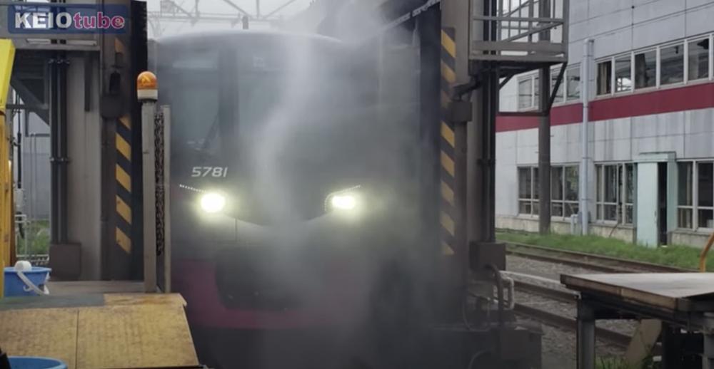 洗車の様子(KEIOtube「若葉台車両基地オンラインツアー」場面)