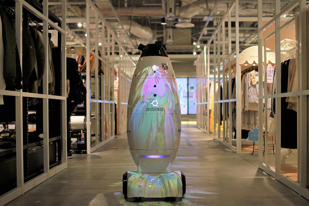 警備ロボ「SQ-2 SECURITY ROBOT」が渋谷パルコ5Fを巡回中
