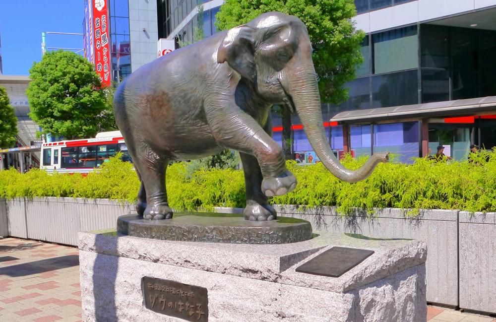 武蔵野市のスタート地点となる吉祥寺駅北口広場のはな子像