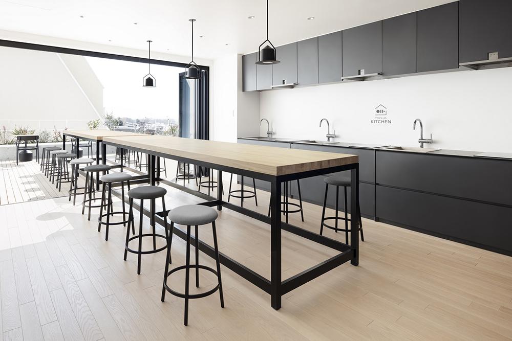 テラス一体型キッチンラウンジ「MARUI TOCLUS キッチン」にはデザイン家電を標準装備。(写真:太田 拓実)