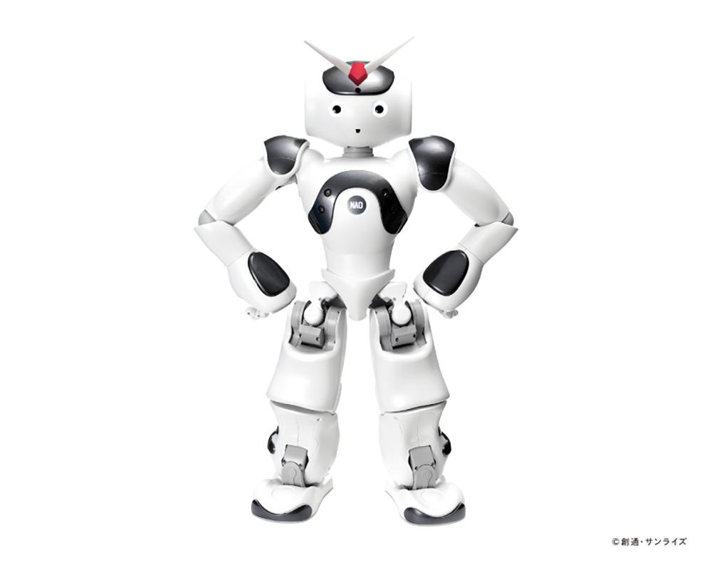 """「""""動くガンダム"""" コラボカフェ」でガンダムデザインとなった小型二足歩行ロボット「NAO(ナオ)」"""