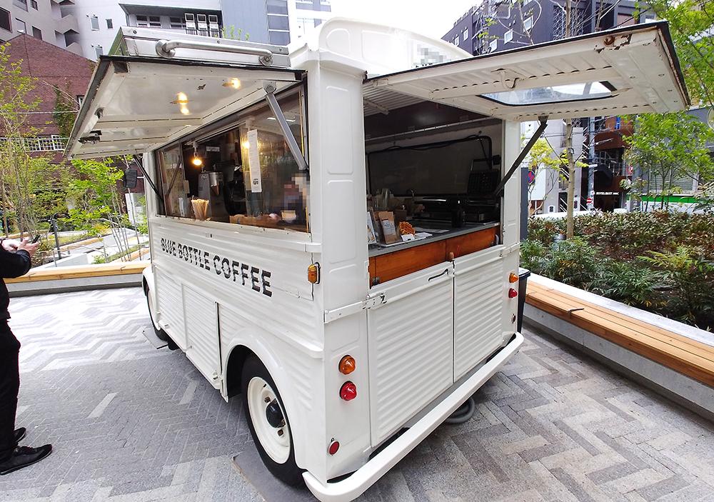 リニューアルした渋谷区北谷公園のランウェイエリアに設置されたブルーボトル コーヒートラック
