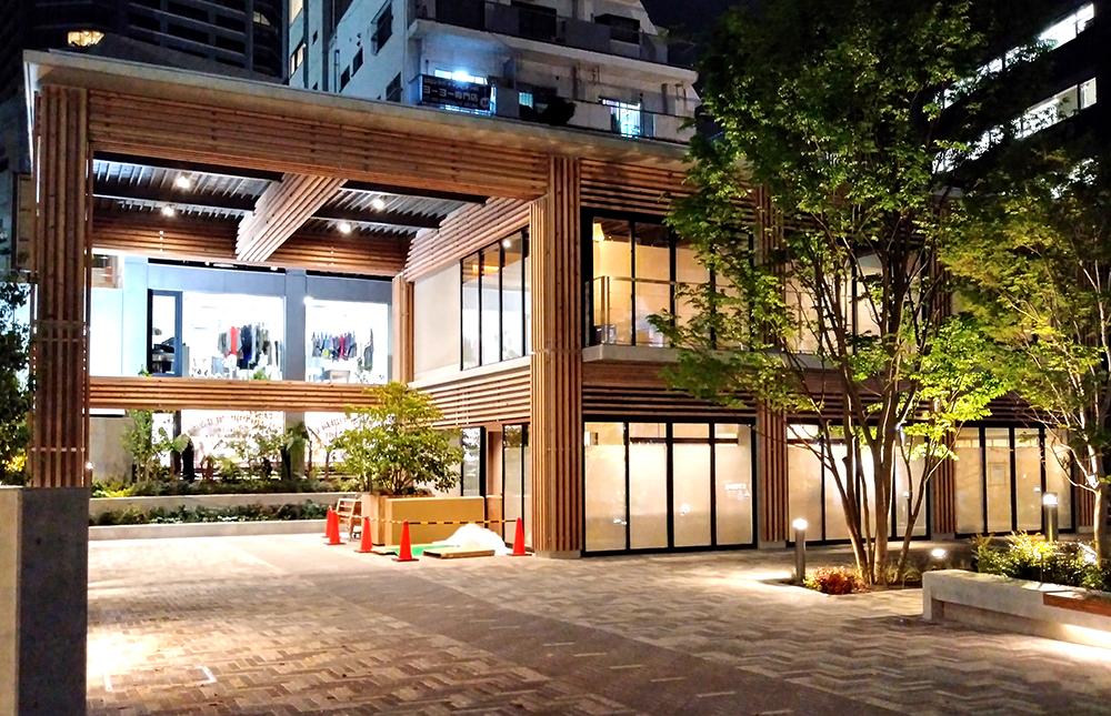 リニューアルした渋谷区北谷公園の大屋根エリアのライトアップ