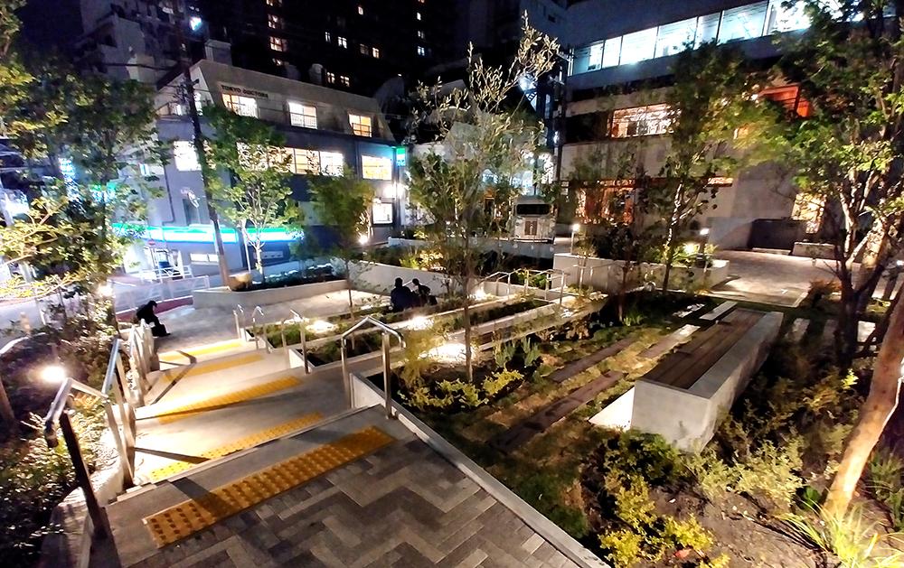リニューアルした渋谷区北谷公園のステップエリアのライトアップ