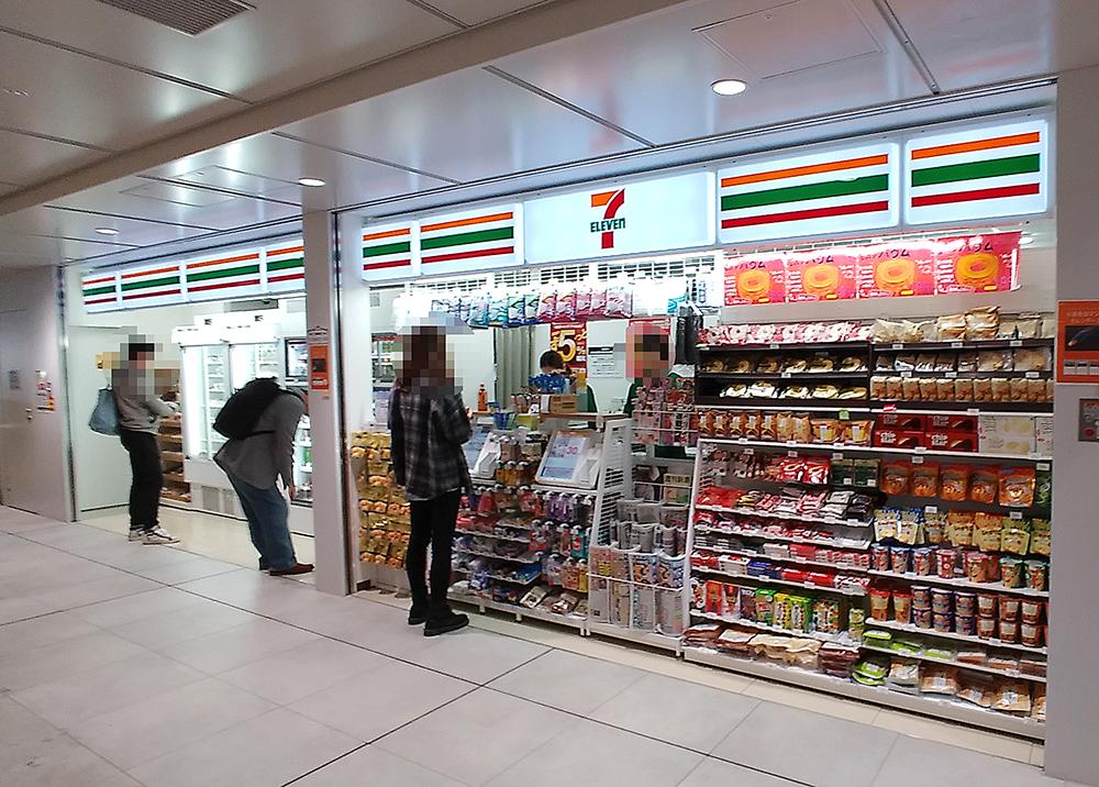 小田急線・下北沢駅構内のセブン-イレブン