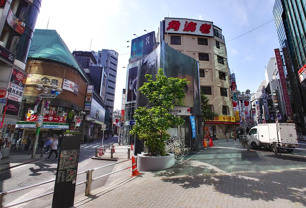 アクセス5:渋谷角海老(手前は宇田川交番)の向かって左、2階にシェーキーズ渋谷店が見えました!
