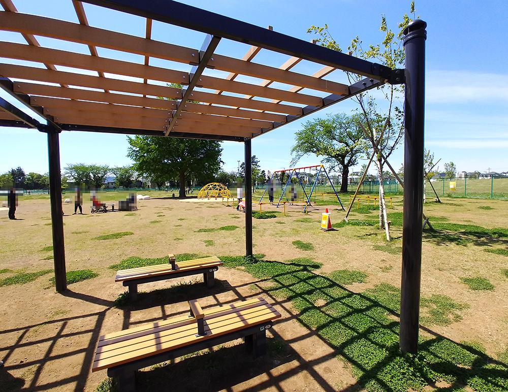 高井戸公園の遊具広場にあるベンチ