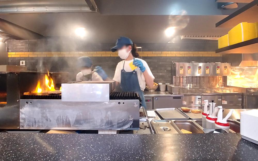 BEX BURGER(ベックスバーガー)の店舗側面から見える調理の様子