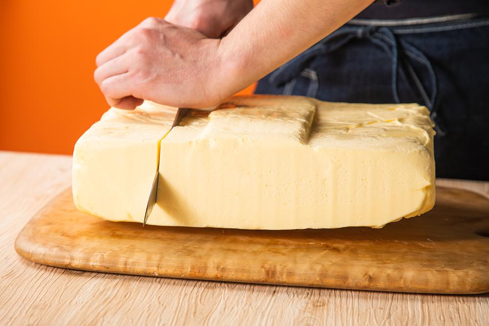 発酵バター専門店「ハネル」の新商品「高級発酵バターケーキ」に使用しているフランス産バター