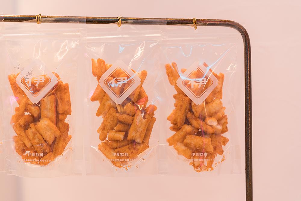 伊良コーラ渋谷店限定の麻辣醤おかき(伊良コーラ特製スパイスパウダー付き)