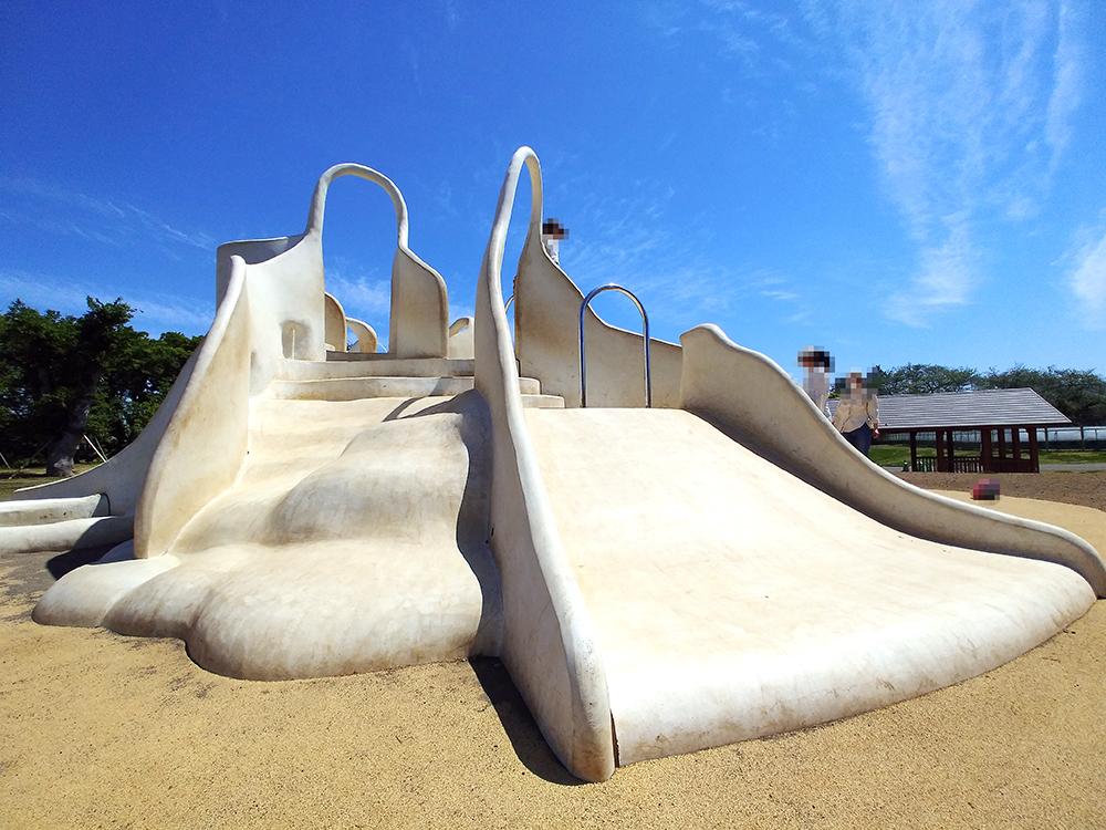 高井戸公園の遊具広場にあるスカルプチュア遊具(滑り台)