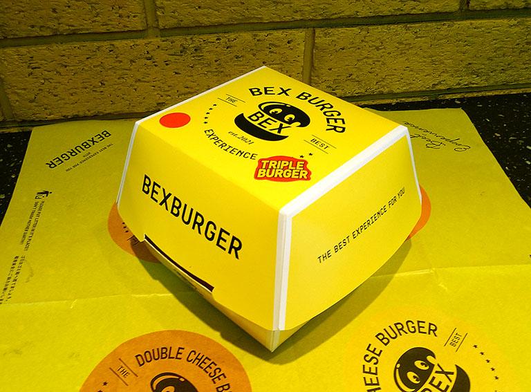 「BEX BURGER(ベックスバーガー)」の新商品ビックベックスバーガーがパッケージ箱に入っているシーン