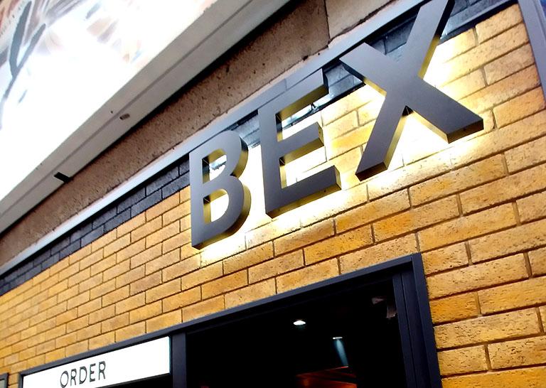 5月にオープン以来連日人気の「BEX BURGER(ベックスバーガー)」の外観ロゴマーク