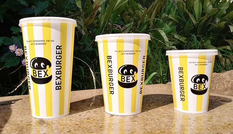 「BEX BURGER(ベックスバーガー)」のドリンク3サイズを比較しているシーン