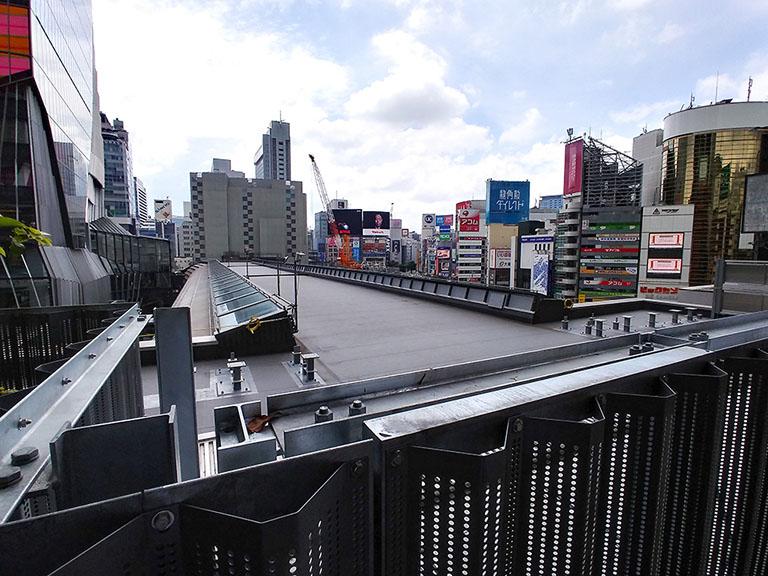 ヒカリエデッキとつながる銀座線の屋根部分は将来はスカイウェイの一部になる