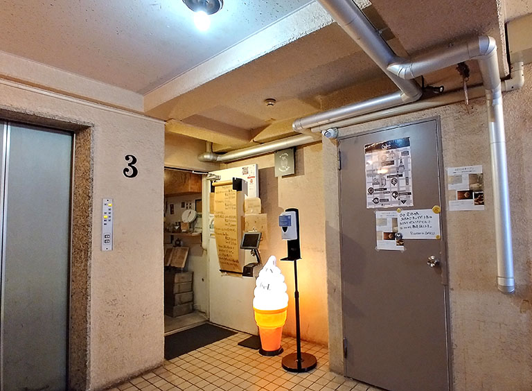 右のトビラはショートケーキ缶を販売するリゾット専門店「Risotteria GAKU渋谷(リゾッテリア ガク渋谷)」。左奥の空いている店舗はパフェ専門店「パフェテリア ベル」