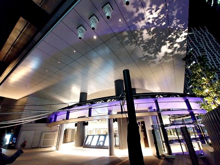 ヒカリエデッキの舞台照明用のムービングライトによる光と音の演出のシーン