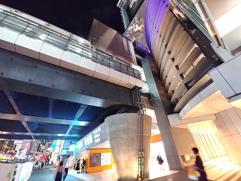 地下鉄銀座線の上にヒカリエデッキが整備されている様子がわかる地階からのシーン