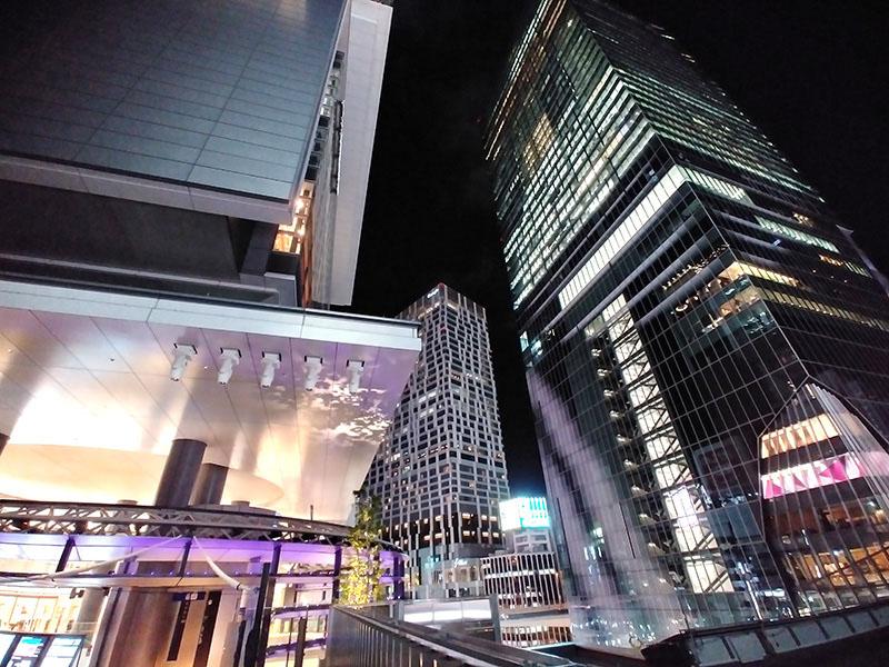ヒカリエデッキから見上げる渋谷スクランブルスクエアの夜景