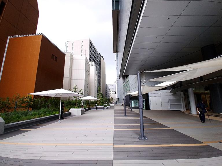 渋谷駅から宮益坂上までスムーズに移動できるヒカリエデッキを宮益坂上・青山方面をのぞむ