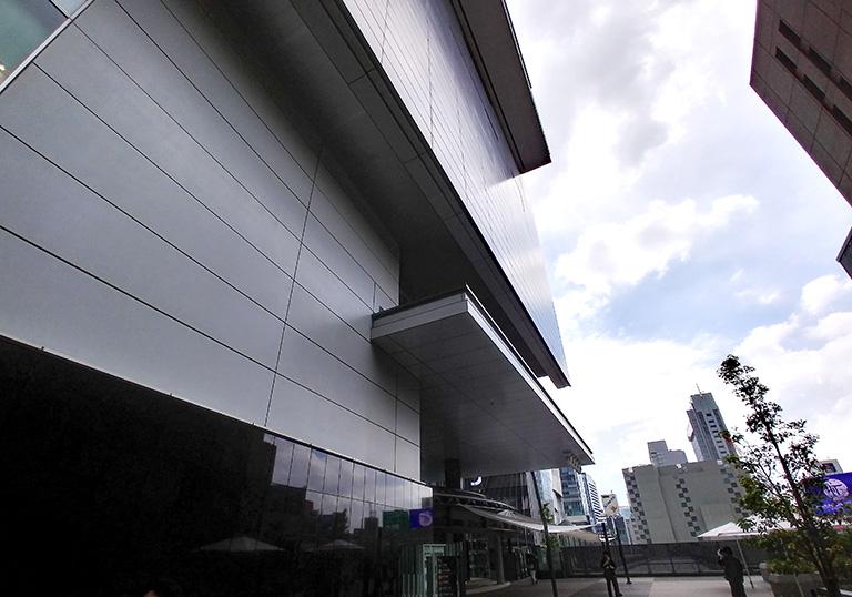ヒカリエデッキの大規模アートが掲出される渋谷ヒカリエの外壁