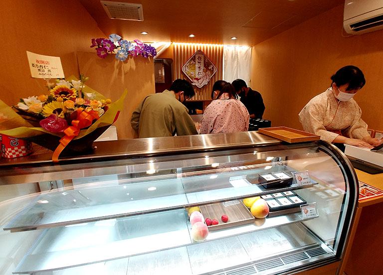 オープン初日の杏仁豆腐専門店「姫乃杏仁 吉祥寺店」の店内の様子