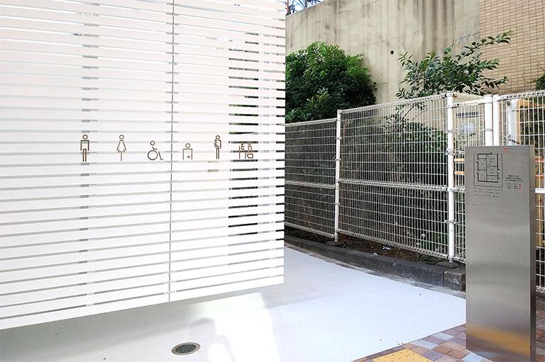 佐藤可士和さんがデザインした公共トイレのピクトデザインは曲線を使い柔らかい印象にしている