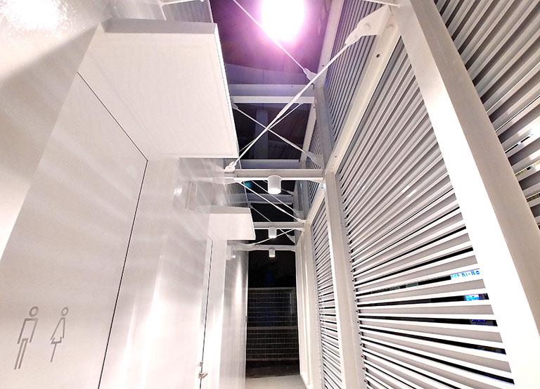 佐藤可士和さんデザインの恵比寿のトイレの内部は夜も明るい