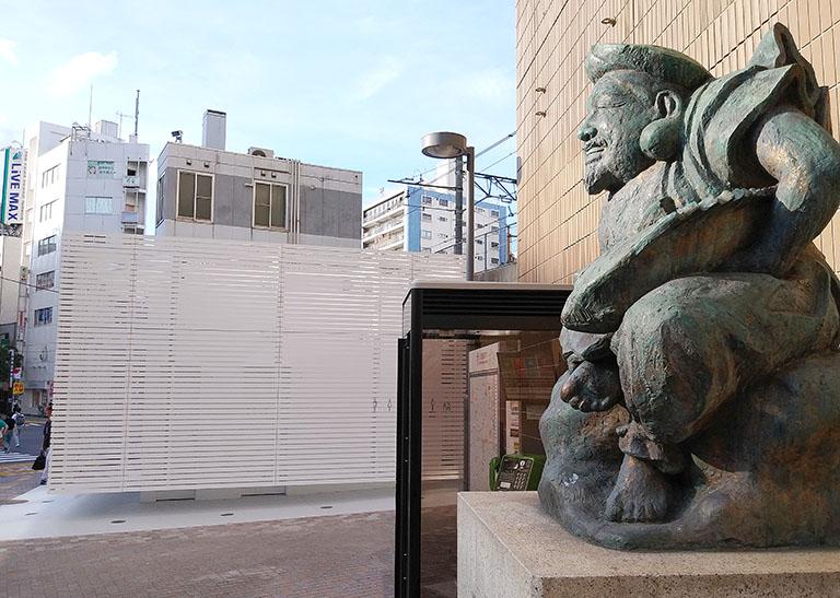 佐藤可士和さんがデザインした恵比寿駅西口の公共トイレと恵比寿様の銅像