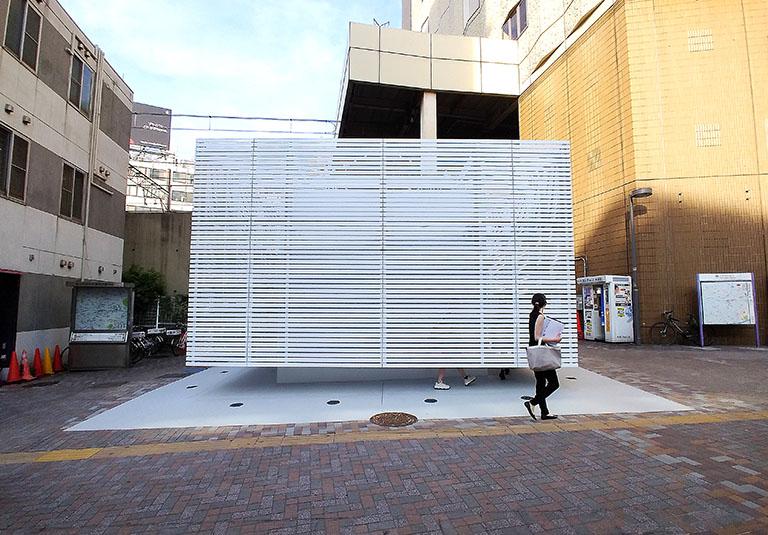 佐藤可士和さんがデザインした恵比寿駅西口の公共トイレは不思議と景観に調和している