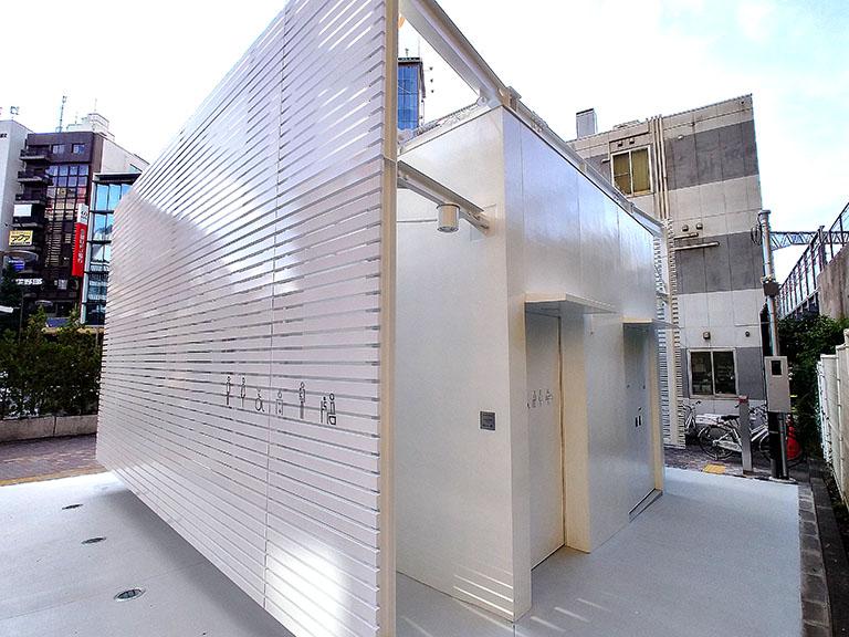 佐藤可士和さんがデザインした恵比寿駅西口の公共トイレの入口