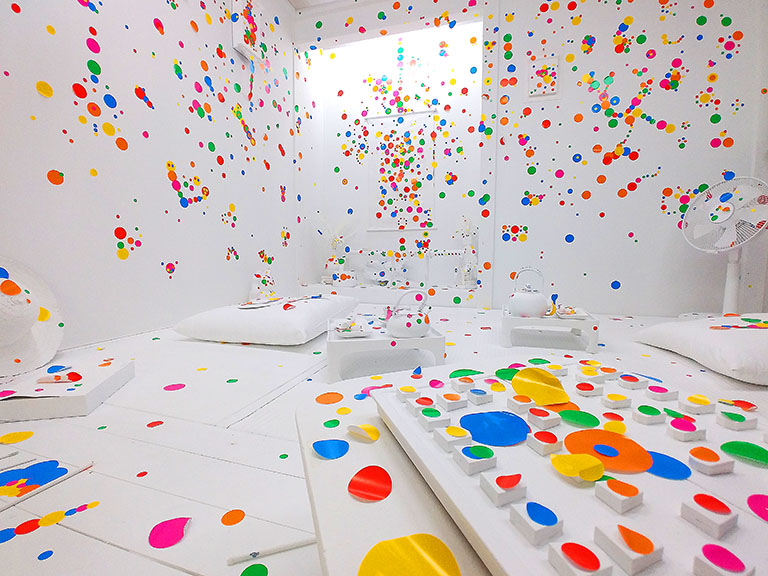 草間彌生さん『オブリタレーションルーム』の和室に無数に貼られた丸いシール