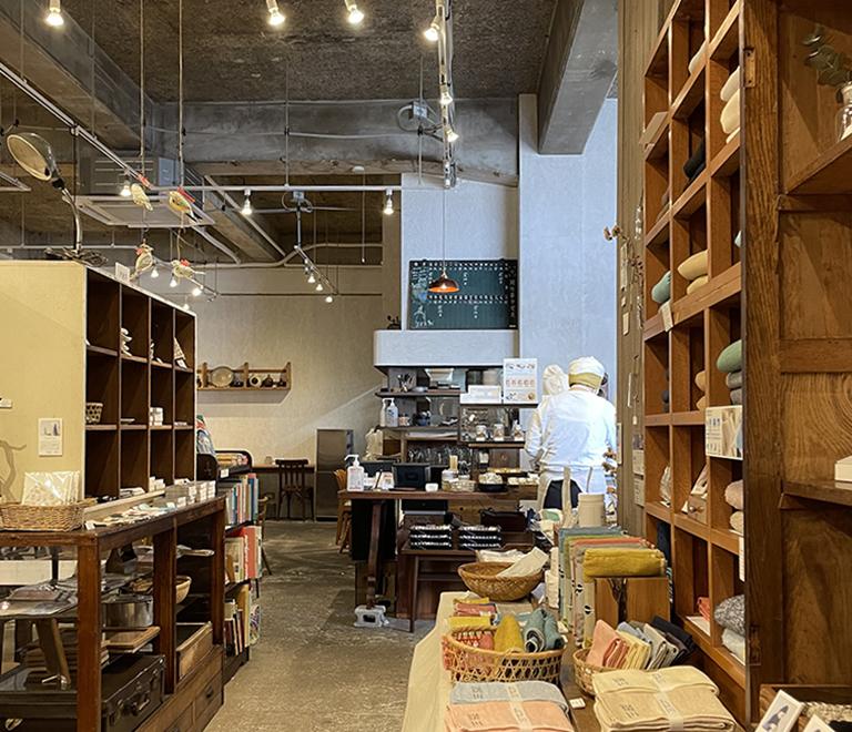 「四歩(しっぽ)」吉祥寺本店の商品棚とカフェスペース
