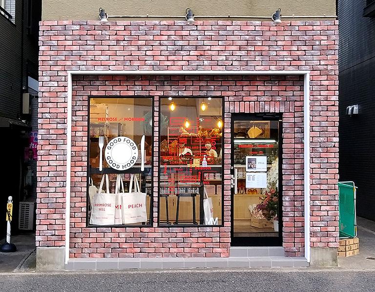 メルローズアンドモーガン日本1号店の外観はレンガ調のモダンな店構え