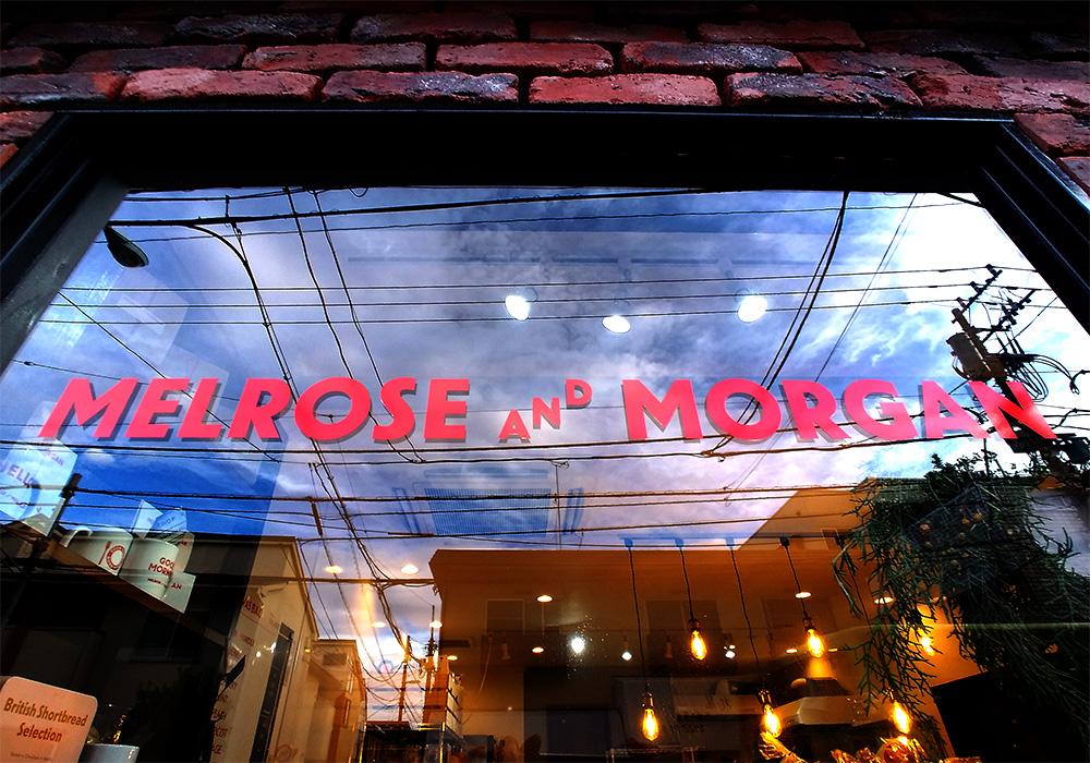 メルローズアンドモーガンのロゴが映える店舗のガラス